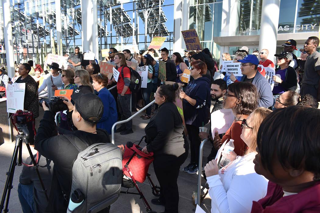 Decenas de personas se manifestaron en contra de la ley que prohibiría acampar en áreas públ ...