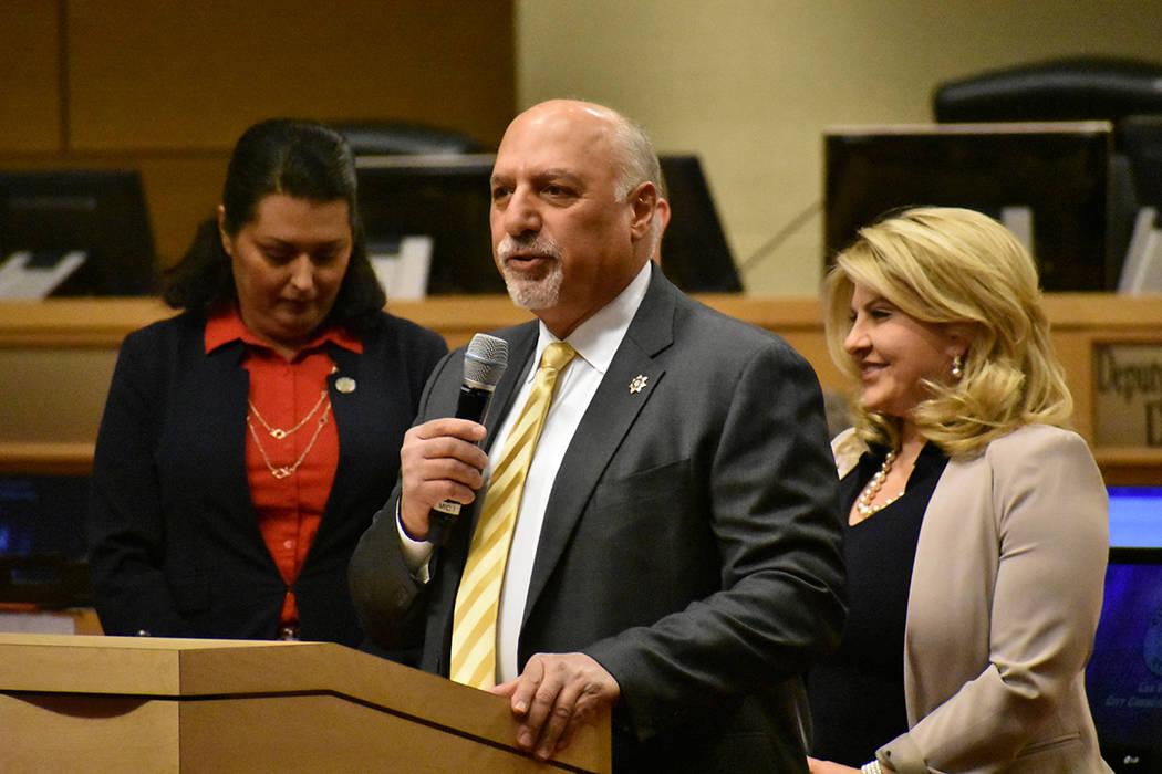 El concejal Stavros Anthony votó a favor de la ley que prohibiría acampar en áreas públicas ...