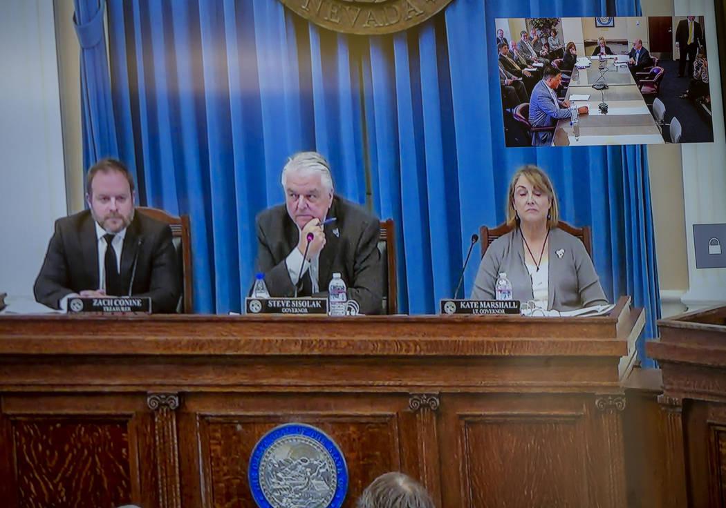El tesorero Zach Conine, izquierda, el gobernador de Nevada, Steve Sisolak, centro, y la tenien ...