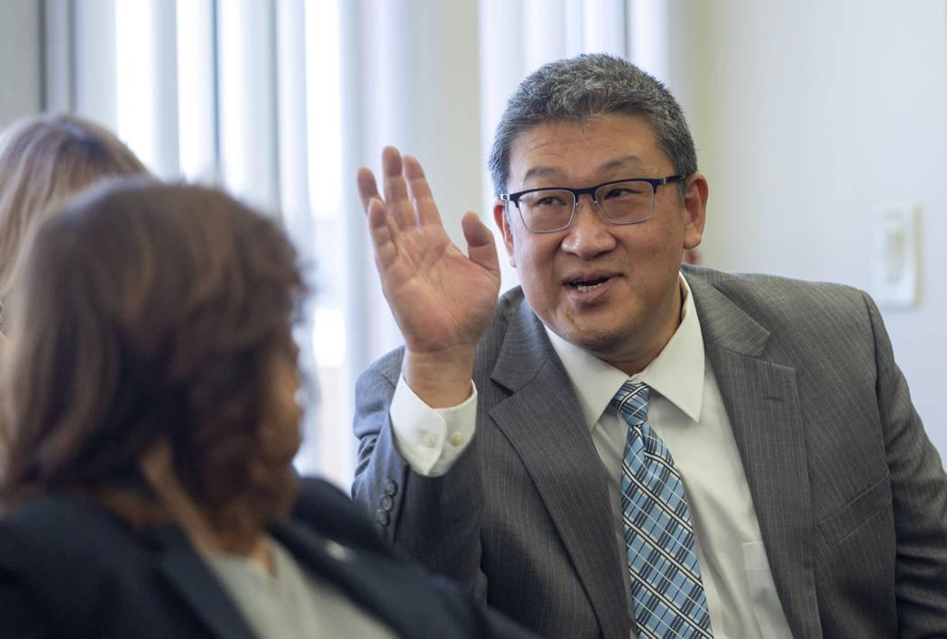 El miembro de la junta dental, el doctor David Lee, habla durante una audiencia del comité de ...