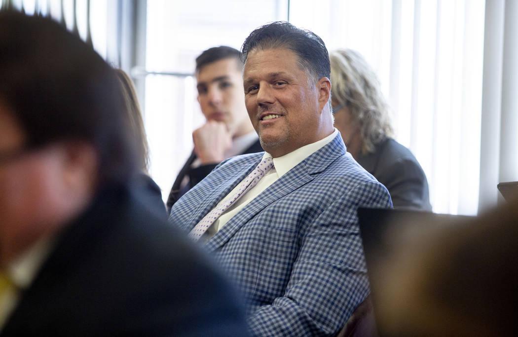 El residente de Las Vegas, David Harold Moore, escucha mientras se lee una carta de renuncia de ...
