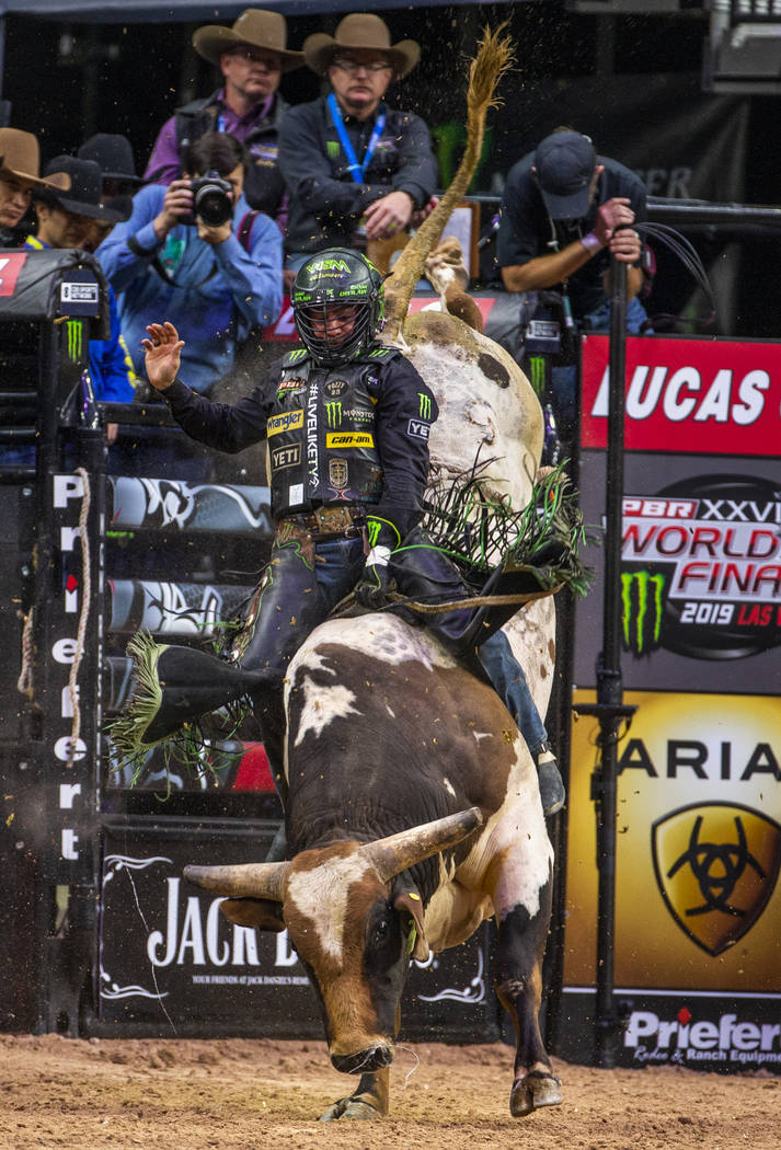 Chase Outlaw encima de Foghorn Leghorn durante las Finales Mundiales de PBR en T-Mobile Arena e ...