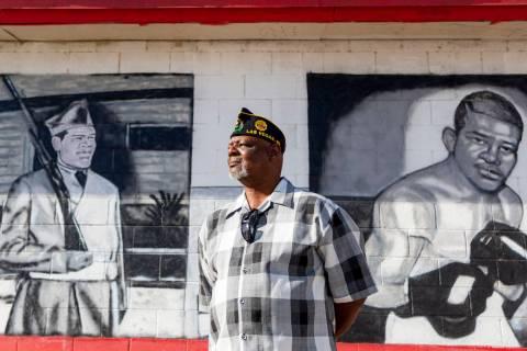 El veterano de la Marina, Kevin Felder, se encuentra entre los murales pintados de American Leg ...