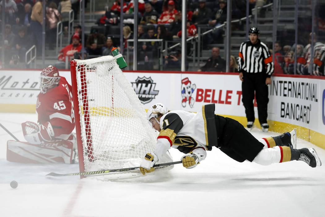 El centro de los Vegas Golden Knights, William Karlsson (71), intenta un tiro al portero de los ...
