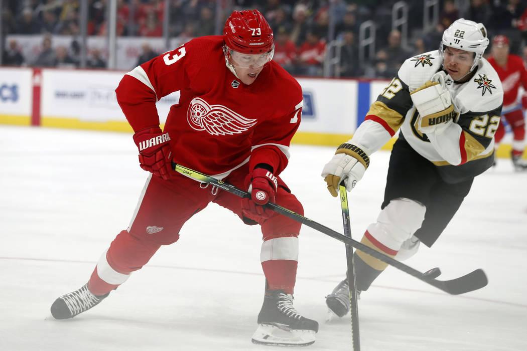 El ala izquierda de los Detroit Red Wings, Adam Erne (73), dispara el puck al defensor de los G ...