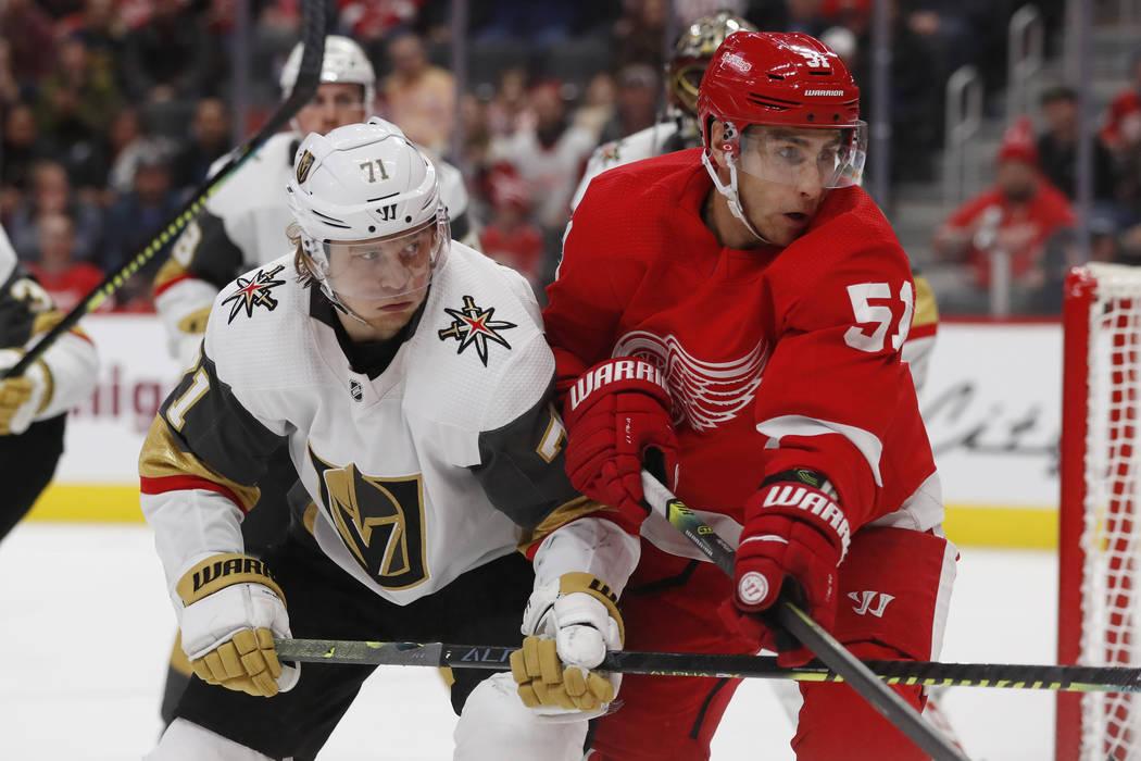 El centro de los Vegas Golden Knights, William Karlsson (71), y el centro de Detroit Red Wings, ...