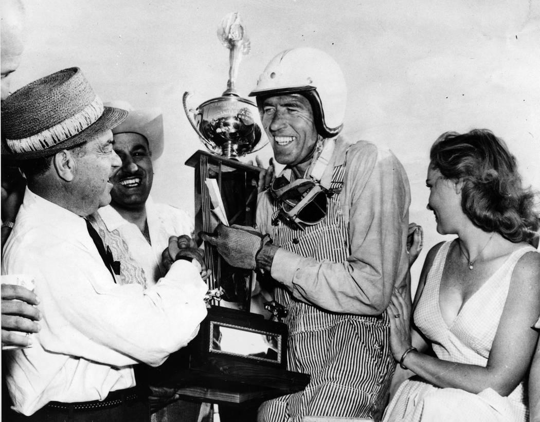 En esta foto de archivo del 3 de abril de 1960, el piloto de autos de carrera Carroll Shelby, e ...
