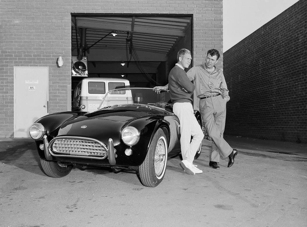 El actor Steve McQueen, a la izquierda, y Carroll Shelby, están junto al roadster Ford-Cobra d ...