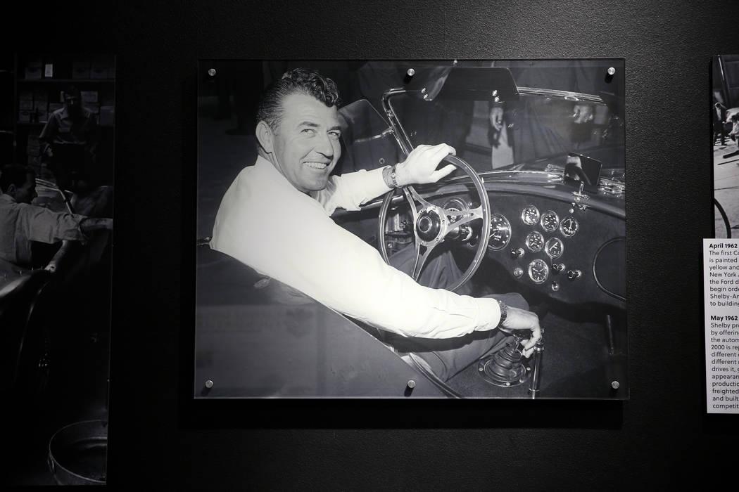 Una foto de 1962 de la leyenda del automovilismo y de la fabricación de automóviles, Carroll ...
