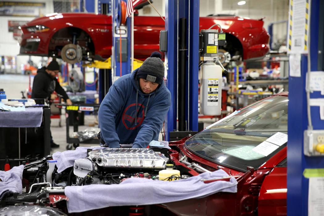 Óscar Ayala instala un Supercharger Whipple en un Ford Mustang 2020 como parte de una conversi ...