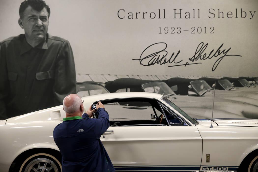 Ray Crawford de Rochester, Nueva York, toma una foto del Super Snake GT500 original de Carroll ...