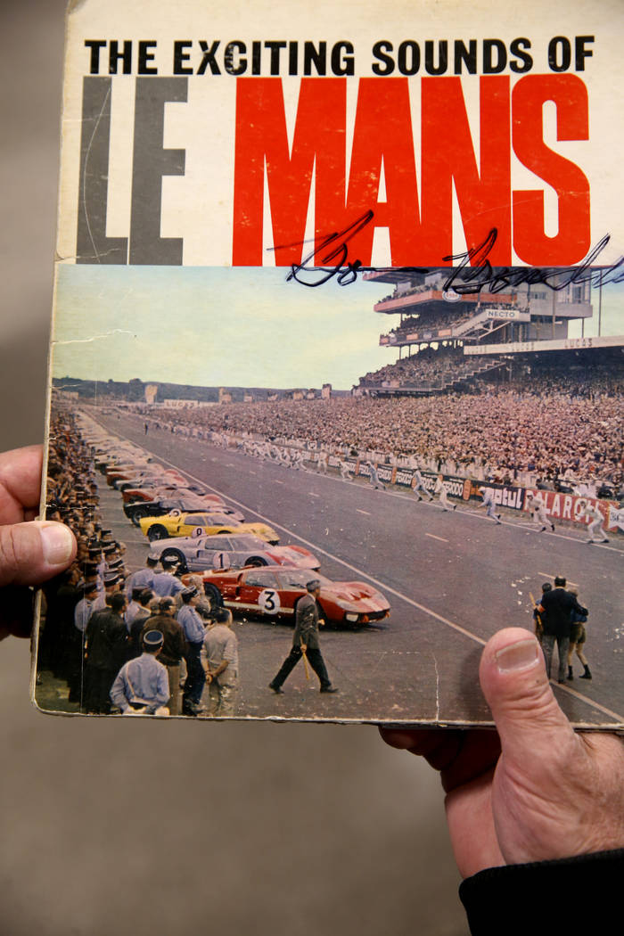 Una portada del álbum con una foto de la carrera de La Mans de 1966 que fue dominada por el Fo ...