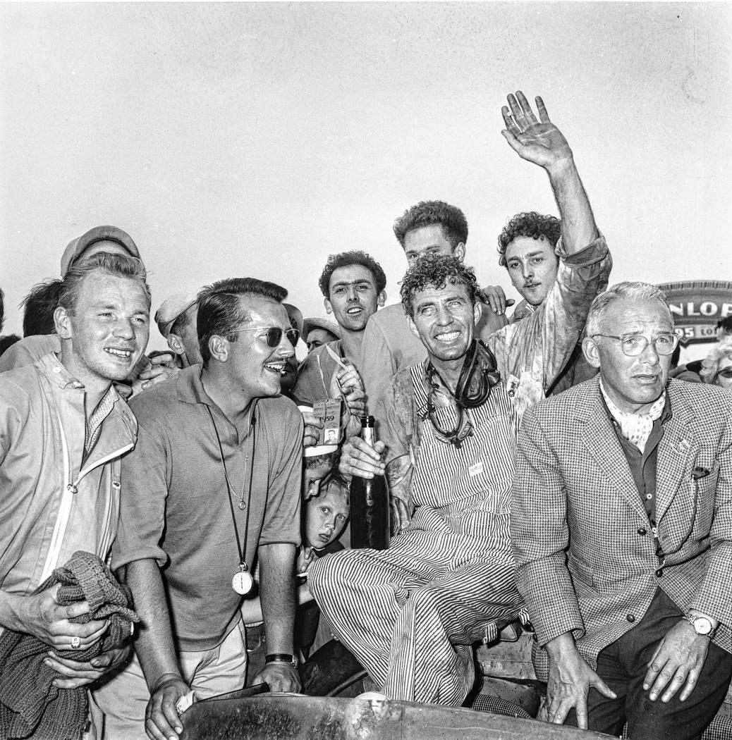 El piloto de autos de carrera Carroll Shelby, de Dallas, Texas, rodeado de fans después de gan ...