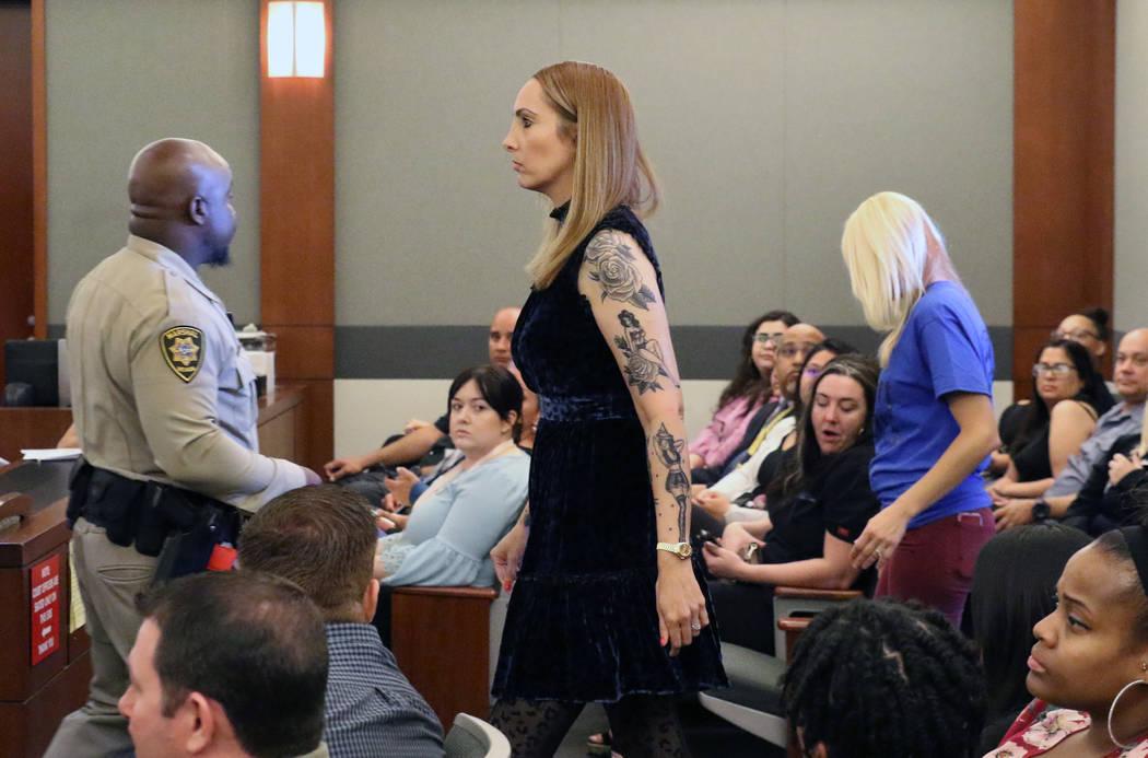 La abogada suspendida, Alexis Plunkett, ingresa a la sala del tribunal por su sentencia en el C ...