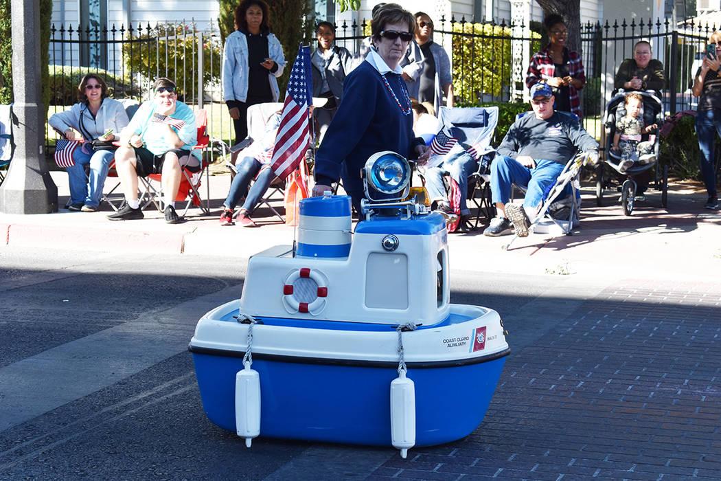 """La Guardia Costera desfiló con """"Coastie"""" un robot que saludó a todos en su recorrido. Lun ..."""