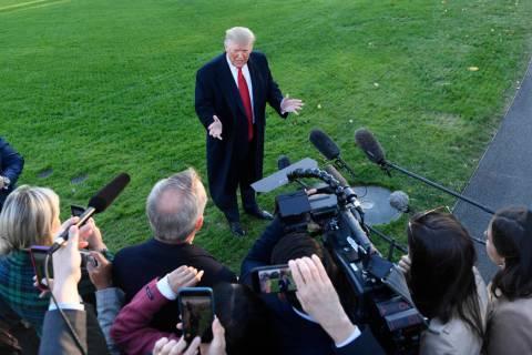 El presidente Donald Trump habla con los periodistas en el South Lawn de la Casa Blanca. (AP Ph ...
