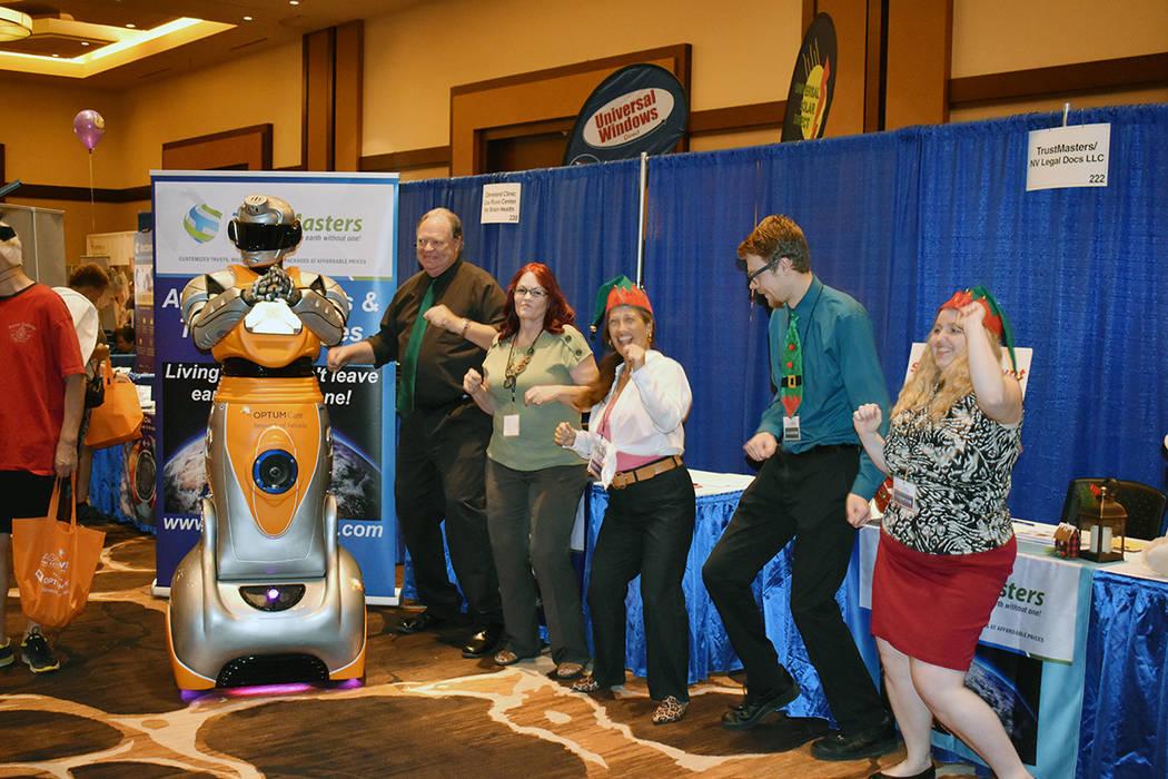 Un robot interactuó con la gente en el stand de Optum Care, puso a bailar a todos. Sábado 9 d ...