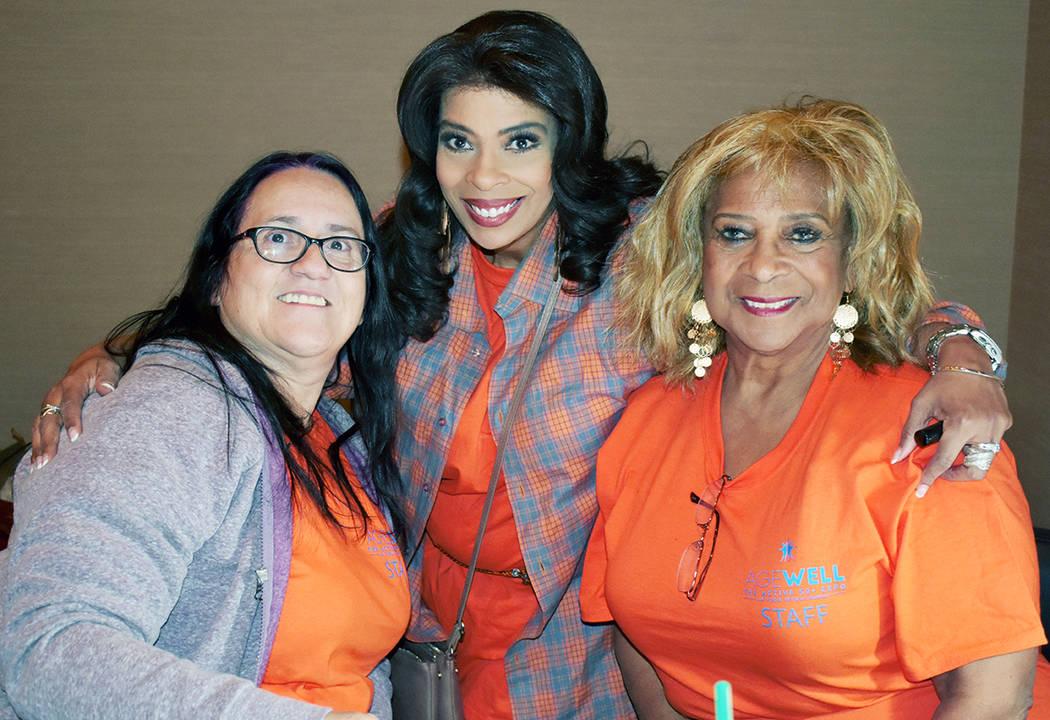 Wanda English Blair, es gerente de mercadeo de LVRJ, en la foto es flanqueada por dos voluntari ...
