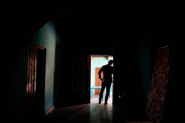 En esta foto del 23 de agosto de 2019, un padre hondureño se encuentra en su casa en Comayagua ...