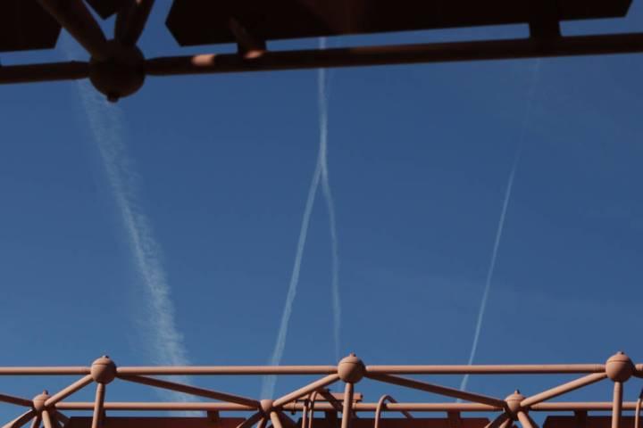 Aviones que vuelan por el cielo azul dejan estelas mientras pasan sobre Las Vegas el miércoles ...