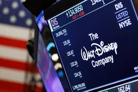 El logotipo de The Walt Disney Company aparece encima de una publicación comercial en el piso ...