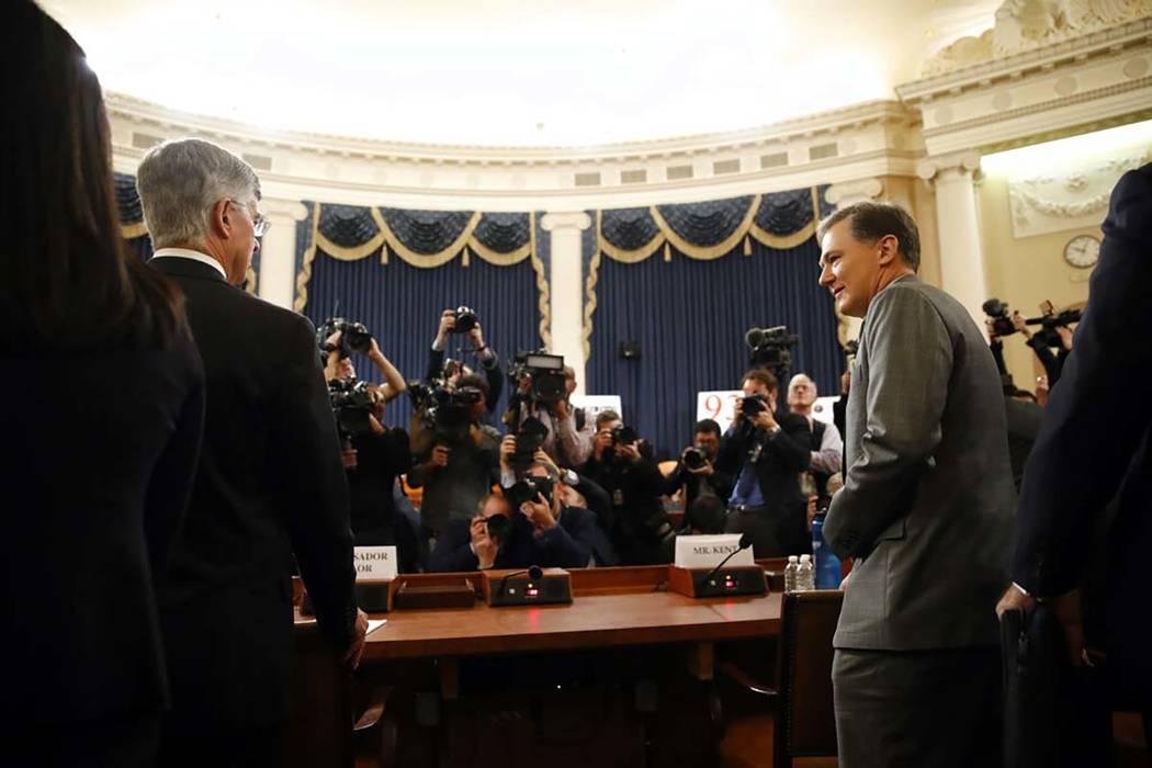El principal diplomático estadounidense en Ucrania, William Taylor, a la izquierda, y el ofici ...