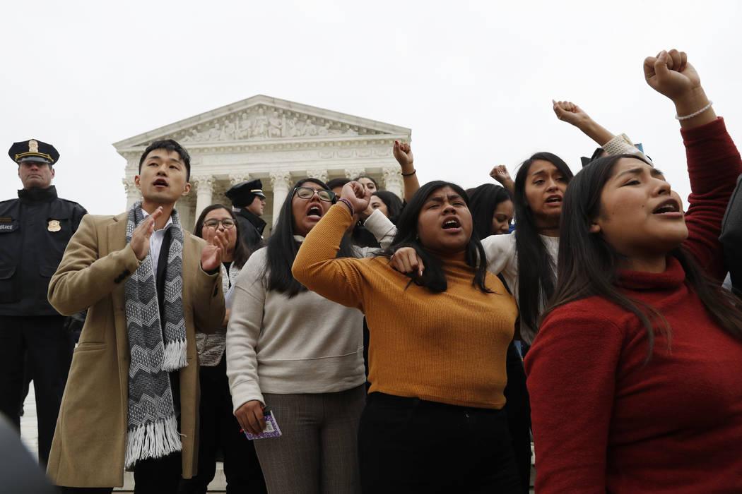 Los beneficiarios de DACA y otros, se retiran la Corte Suprema con las manos en el aire despué ...