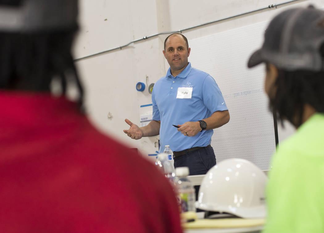 Kyle Tibbits enseña una clase de encuadre a jóvenes sin hogar como parte de HomeAid WORKS, un ...