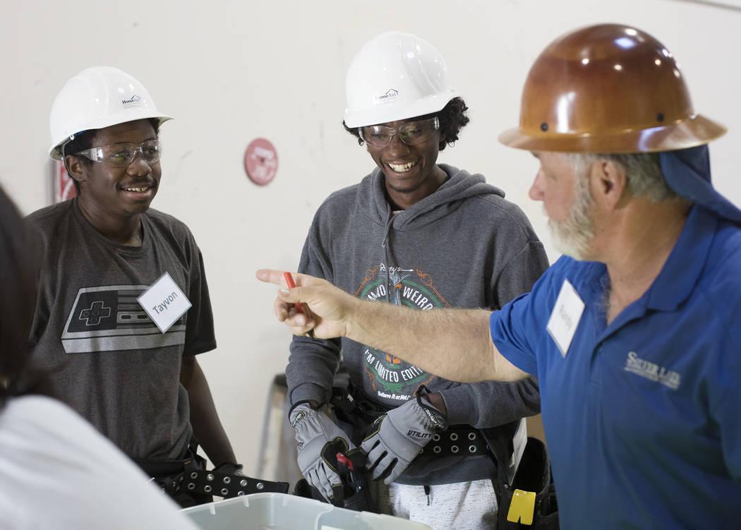 Tayvon Jenkins, a la izquierda, y Dwayne Smith, a la derecha, hablan con su instructor Randy Gr ...