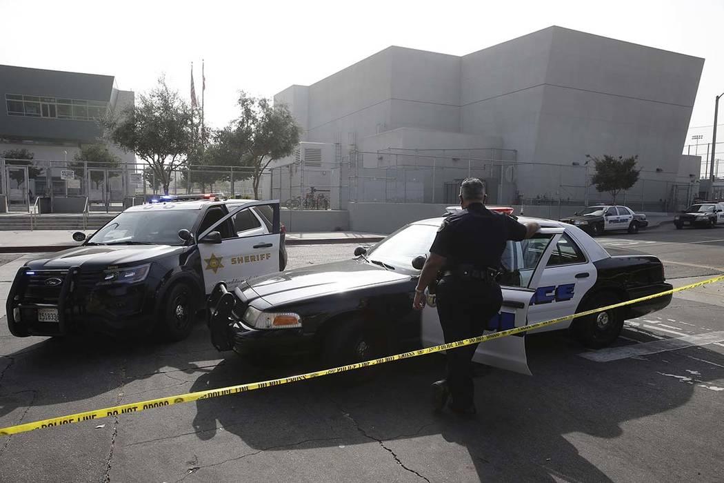 Agentes del aguacil de Los Angeles y la policía escolar aseguran la preparatoria Esteban Torre ...