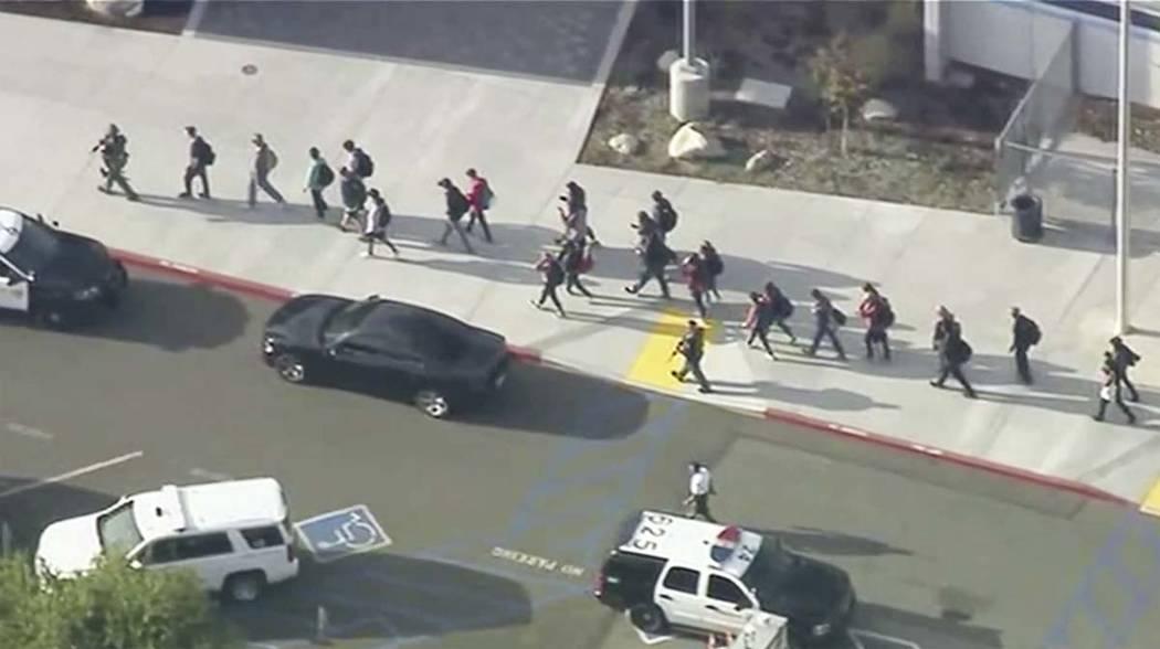 Gente sale de la Prepartoria Saugus después de los reportes de un tiroteo el jueves, 14 de nov ...