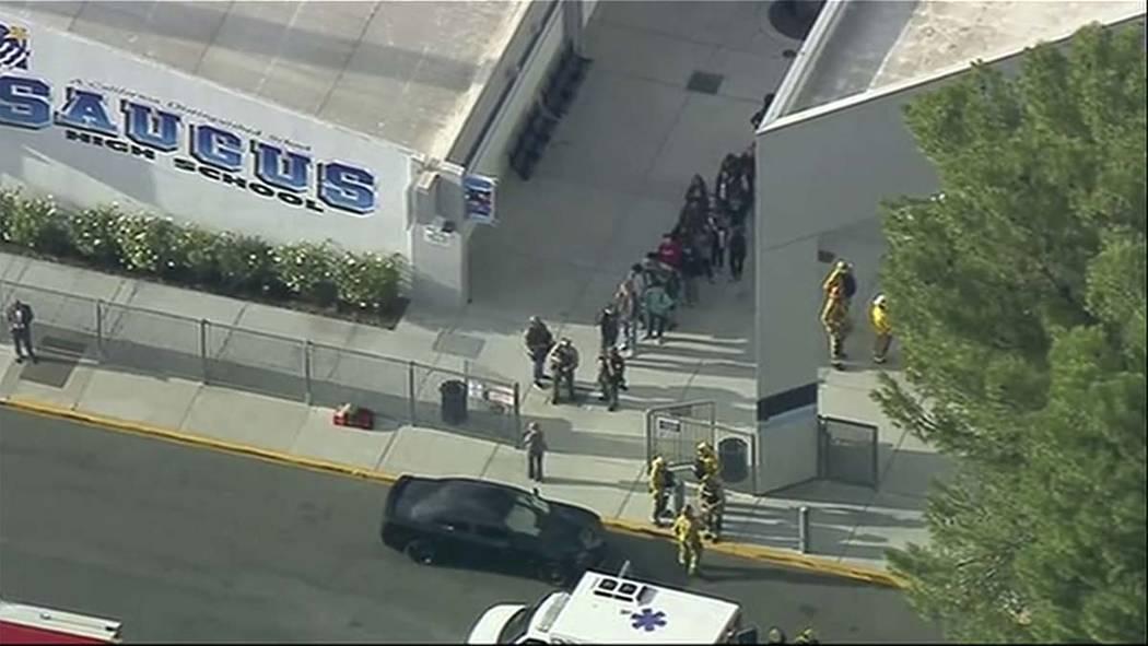 Gente sale de la Preparatoria Saugus después de los reportes de un tiroteo el jueves, 14 de no ...