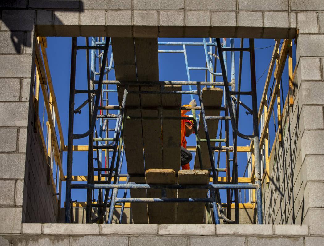 Más andamio se erige en un nuevo complejo de apartamentos por el desarrollador Jonathan Fore a ...