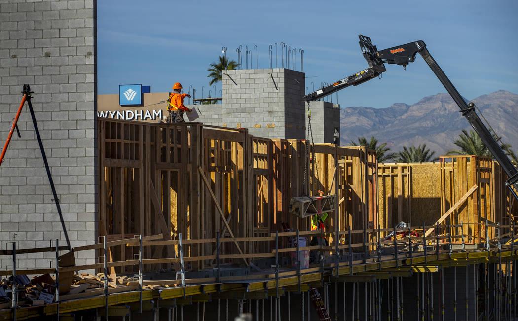 Trabajadores continúan labores en un nuevo complejo de apartamentos del desarrollador Jonathan ...