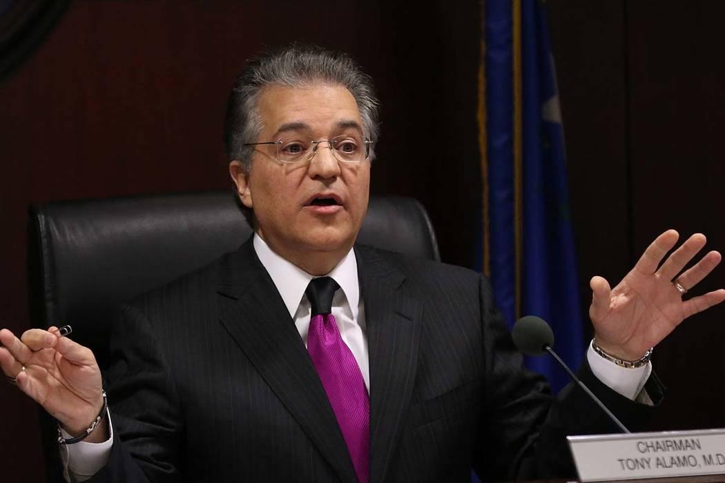 El doctor Tony Álamo, a la izquierda, presidente de la Comisión de Juegos de Azar de Nevada, ...