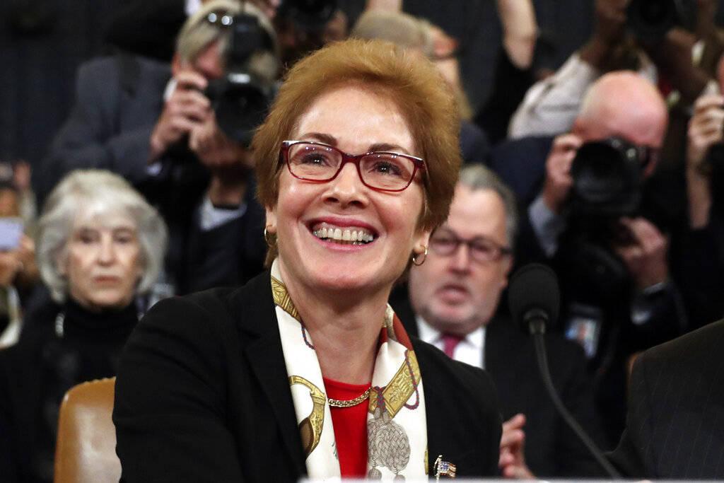 La ex embajadora de Estados Unidos en Ucrania, Marie Yovanovitch, llega para testificar ante el ...