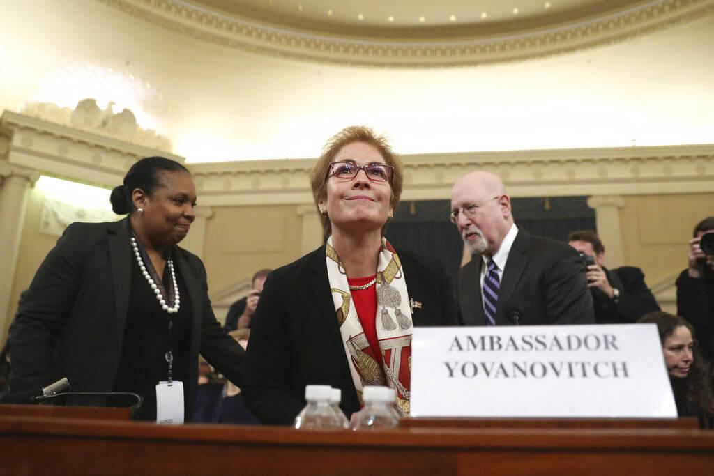 La ex embajadora de Estados Unidos en Ucrania, Marie Yovanovitch, al centro, llega para testifi ...
