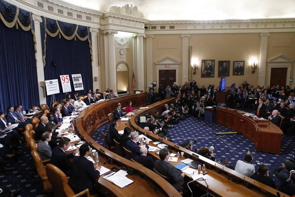 La ex embajadora de Estados Unidos en Ucrania, Marie Yovanovitch, prestó juramento para testif ...