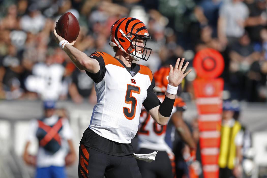 El mariscal de campo de los Cincinnati Bengals, Ryan Finley, lanza durante la primera mitad de ...
