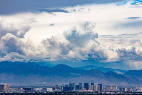 Una vista desde Henderson del Strip de Las Vegas. El lunes será soleado y cálido, pero se esp ...