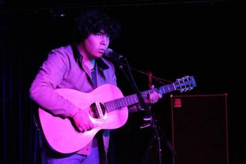 """Maverick propone música folk con letras """"Pa' llorar en tu cuarto"""", nombre de su primer d ..."""