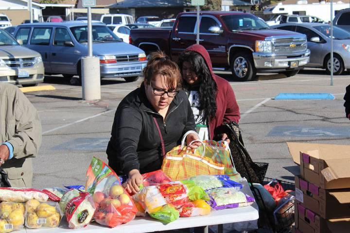 Frutas, verduras, pan y otros productos son repartidos sin costo. Sábado 16 de noviembre de 20 ...