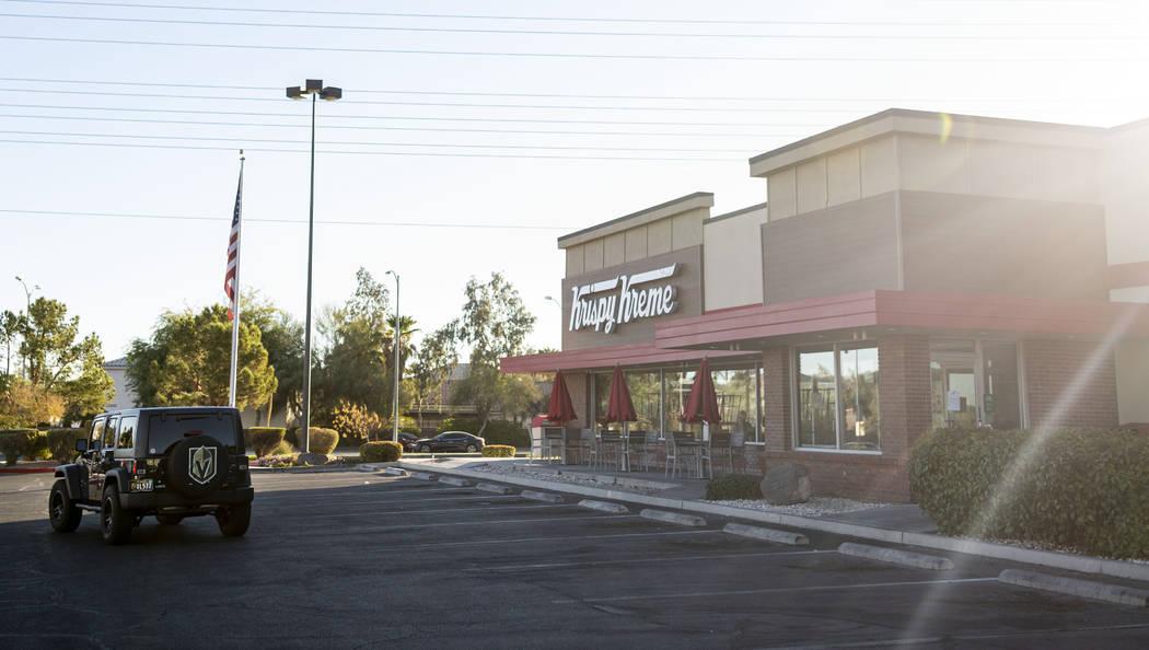 Fans de los Golden Knights manejan hasta la tienda de Krispy Kreme en 9791 S. Eastern Ave. en H ...
