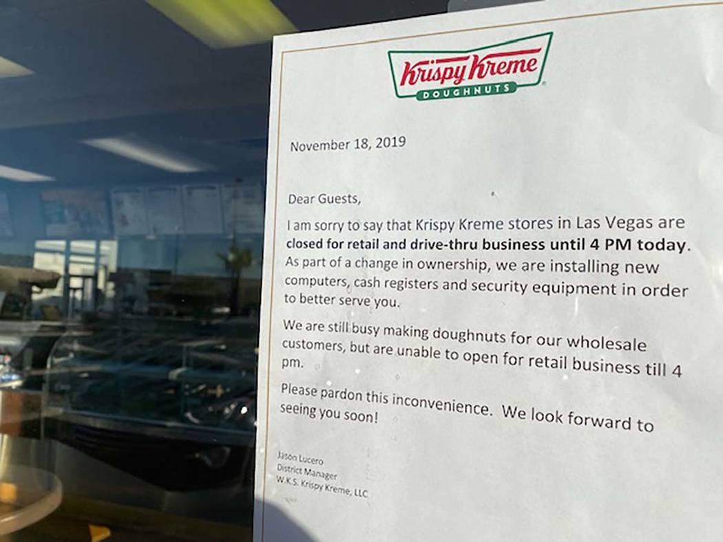 Carta pegada en la puerta de la tienda Krispy Kreme de 7015 W. Spring Mountain Road el lunes, 1 ...