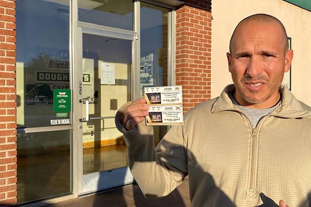 Todd Levings de Las Vegas se presentó en la tienda Krispy Kreme de 7015 W. Spring Mountain Roa ...