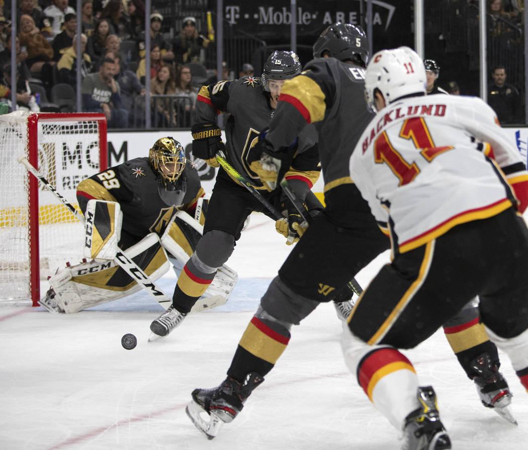 El portero de los Golden Knights, Marc-Andre Fleury (29), busca bloquear un tiro de los Calgary ...