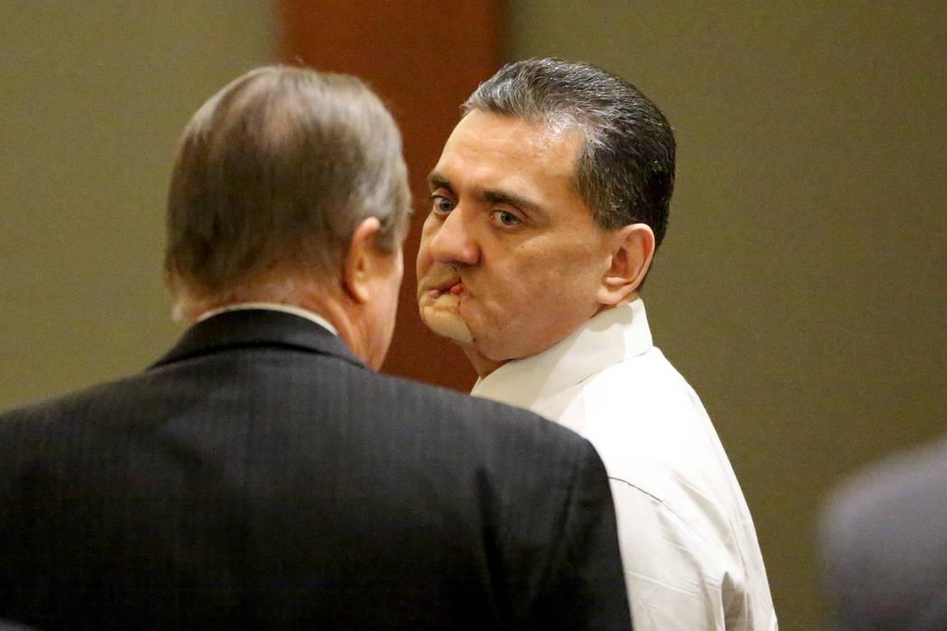 Manuel Mata III, centro, escucha el veredicto de un jurado que lo encontró culpable el lunes, ...