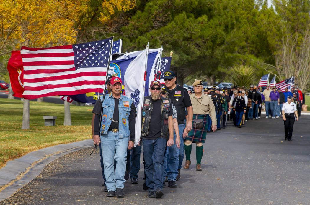 Jinetes de la Guardia Patriota de Nevada portan la bandera estadounidense y las de todas las ra ...
