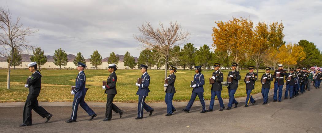 Miembros de la Guardia Militar de Honor marchan con urnas a las parcelas de entierro durante la ...
