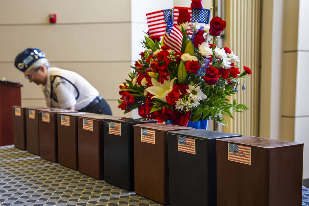 Las urnas llegan por transferencia honorable a sus parcelas funerarias durante la tercera cerem ...